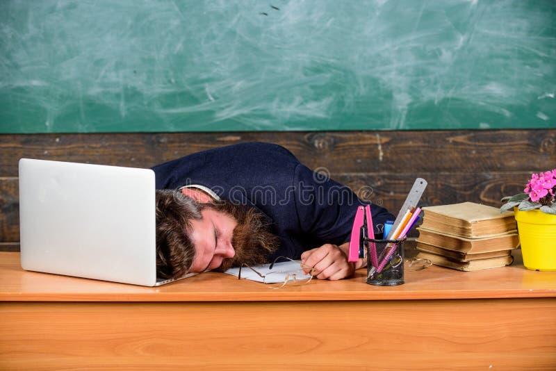 Liv av att evakuera för lärare Fall sovande på arbete Mer stressad arbete för utbildare än genomsnittligt folk Skäggig man för ut arkivfoton