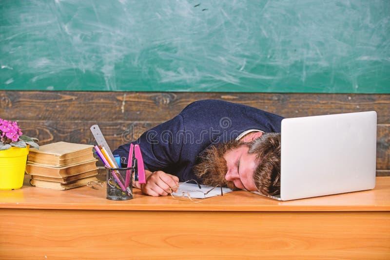 Liv av att evakuera för lärare Fall sovande på arbete Mer stressad arbete för utbildare än genomsnittligt folk Skäggig man för ut arkivfoto