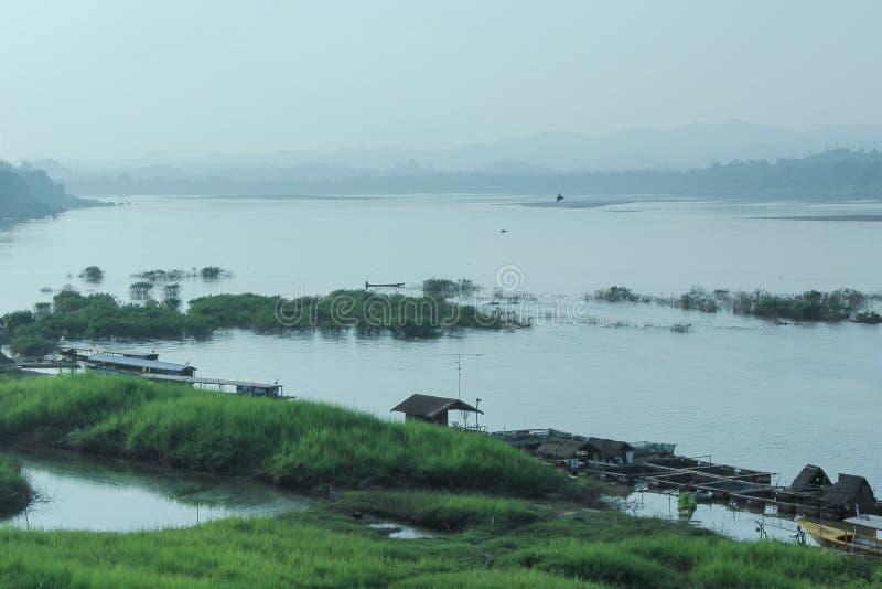 Liv av folk bredvid Mekong River royaltyfri foto