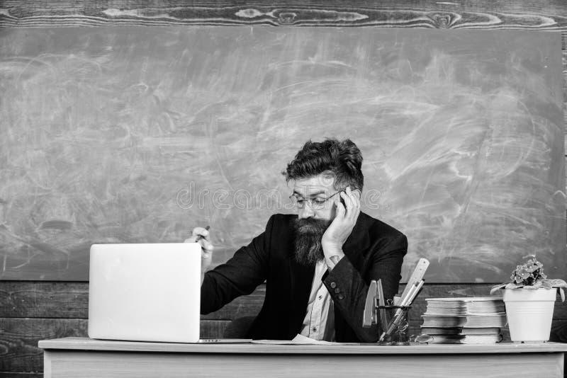 Liv av läraren mycket av spänningen Utbildare som är mer stressad på arbete än genomsnittligt folk Framsida för skäggig man för u arkivfoto