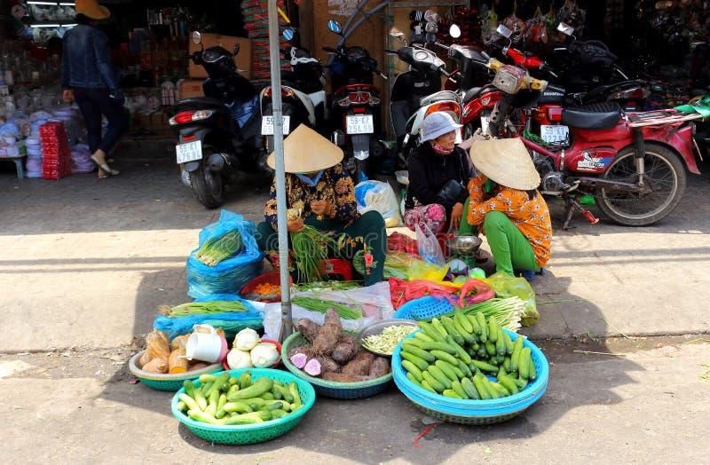 Liv av vietnamesiska försäljare på den Binh Tay marknaden arkivfoto