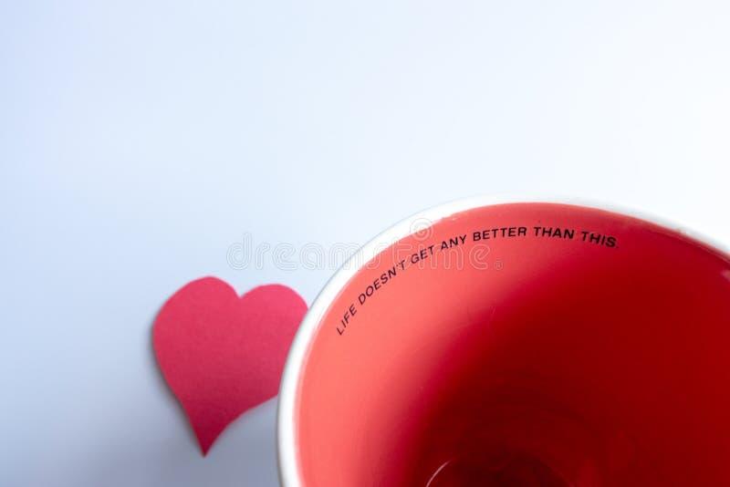 Liv får inte bättre, än detta kaffe rånar med röd hjärta royaltyfri bild