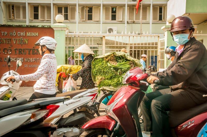 Liv för Hanoi Vietam mars 3 2014 i Vietnam - gatan med motocykeln är en nödvändig del av liv i Vietnam, trafik av royaltyfria bilder