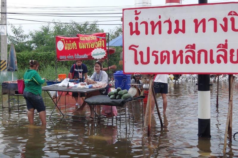 Liv och affären är som vanliga i översvämmade Pathum Thani, Thailand, i Oktober 2011 royaltyfri fotografi