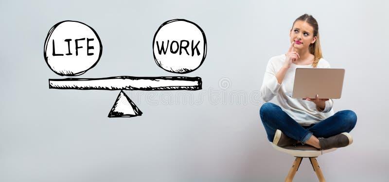 Liv- och arbetsjämvikt med den unga kvinnan som använder hennes bärbar dator vektor illustrationer