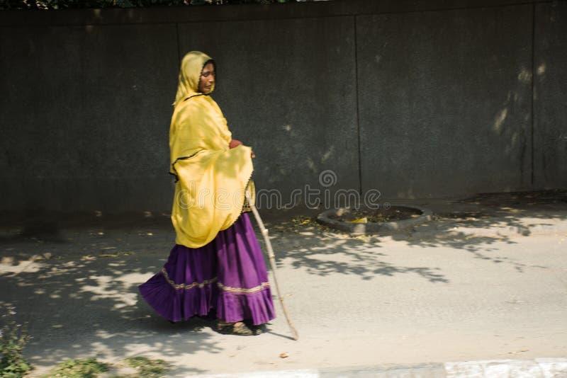 Liv och livsstil av den indiska personen och utlänningfolk på bredvid vägen av lantlig bygd i morgontid på New Delhi, Indien arkivbilder