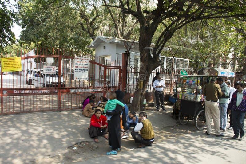 Liv och livsstil av den indiska personen och utlänningfolk på bredvid vägen av lantlig bygd i morgontid på New Delhi, Indien arkivfoton