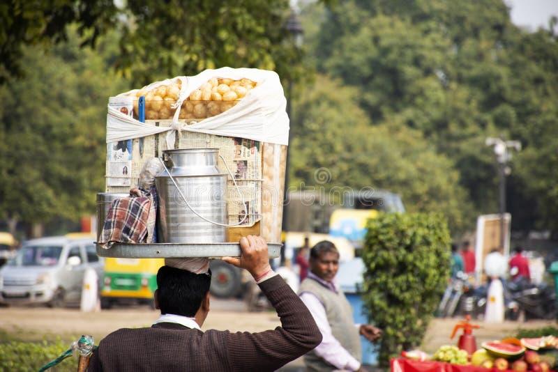Liv och livsstilen av den indiska folkförsäljningen och köper matdrinkar, och produkter från den lilla lokala livsmedelsbutiken s fotografering för bildbyråer