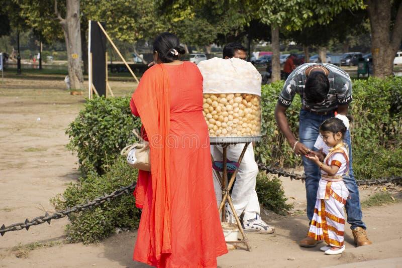 Liv och livsstilen av den indiska folkförsäljningen och köper matdrinkar, och produkter från den lilla lokala livsmedelsbutiken s royaltyfri foto
