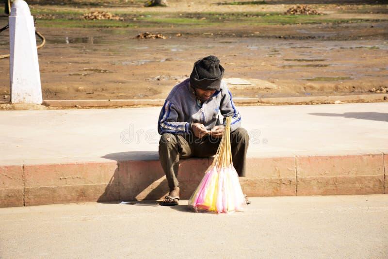 Liv och livsstilen av den indiska folkförsäljningen och köper matdrinkar, och produkter från den lilla lokala livsmedelsbutiken s royaltyfria foton