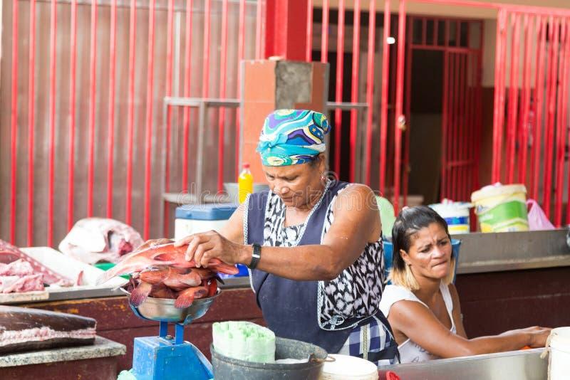 Liv på gatorna av Mindelo fiska marknaden