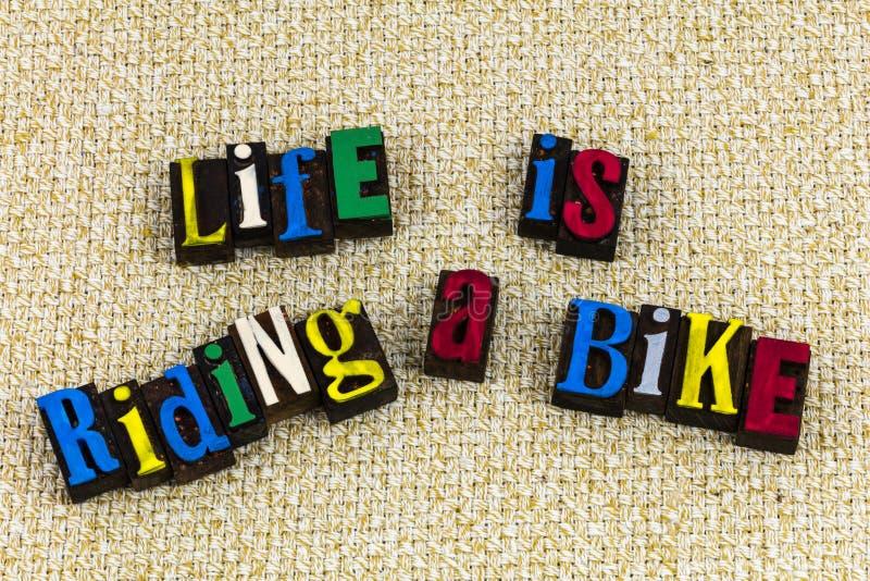 Liv rider en cykel som lär boktryck arkivfoto