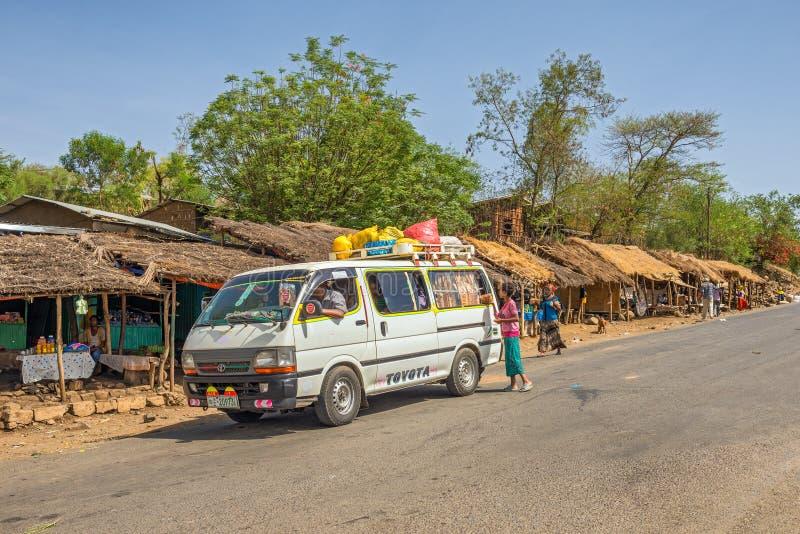 Liv som går på i vägarna av Welkite, Etiopien arkivbild