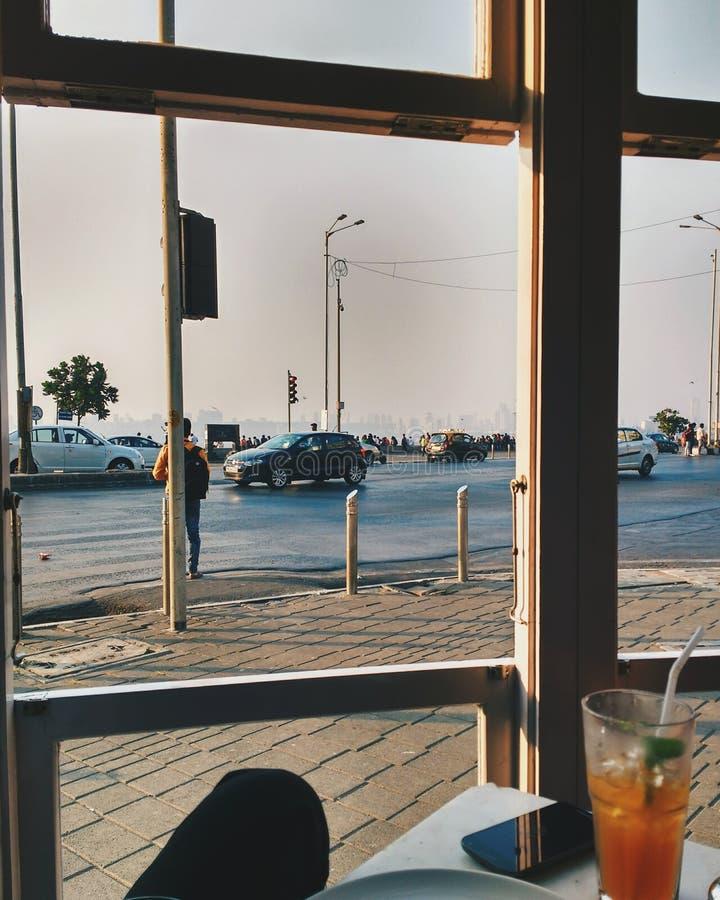 Liv utanför fönstret arkivbild