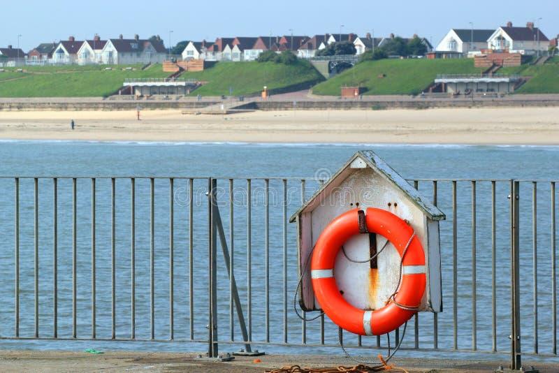 Livbälte eller preserver vid havet fotografering för bildbyråer