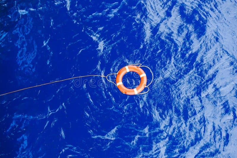 Livboj som är destinerad med repräddningsaktionen som svävar i havet arkivbilder