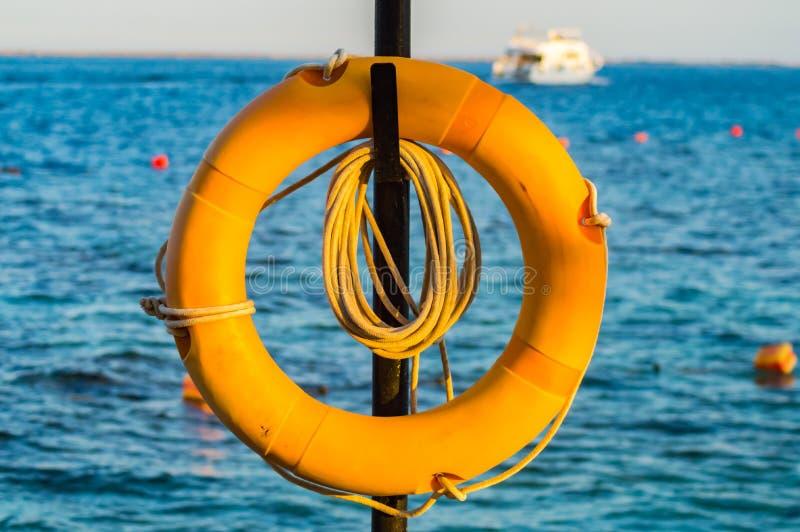 Livboj som hänger på en pol på Röda havet arkivbild