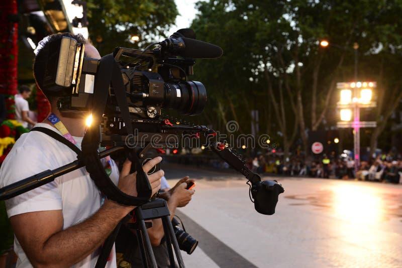 Live Broadcast all'aperto, cinepresa di televisione, cineoperatore, riflettori fotografia stock