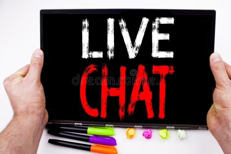 Live Chat-Text geschrieben auf Tablette, Computer im Büro mit Markierung, Stift, Briefpapier Geschäftskonzept für plaudernde Komm stockfoto