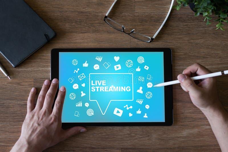 Live che scorre sullo schermo broadcasting Concetto di vendita di Internet fotografie stock libere da diritti
