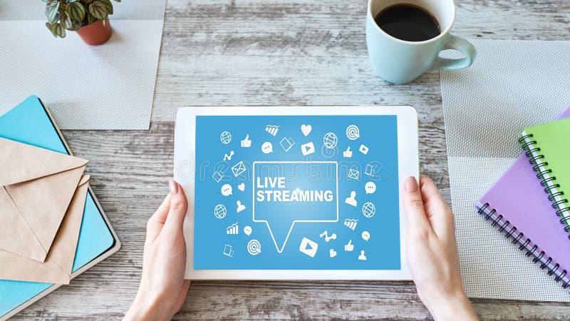 Live che scorre sullo schermo broadcasting Concetto di vendita di Internet fotografia stock libera da diritti