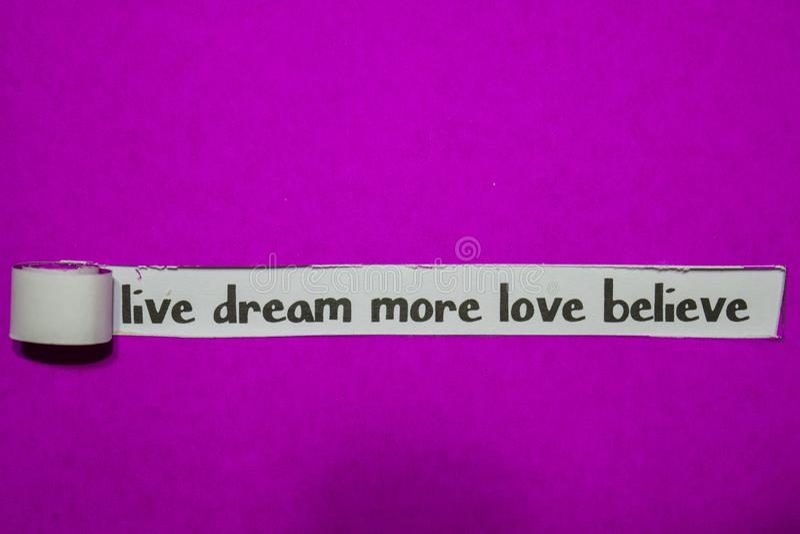 Live Dream More Love Believe, inspiration, motivation och affärsidé på purpurfärgat sönderrivet papper fotografering för bildbyråer