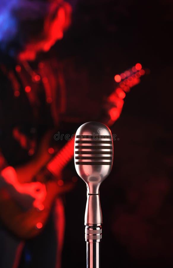 live mikrofonrocktappning arkivfoto