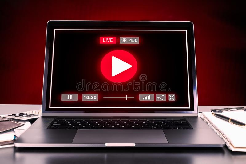 LIVE Streaming Technology sur l'ordinateur portable moderne image libre de droits
