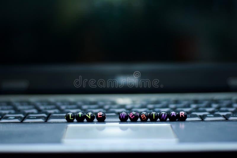 Live Webinar textträkvarter i bärbar datorbakgrund Affärs- och teknologibegrepp royaltyfri foto
