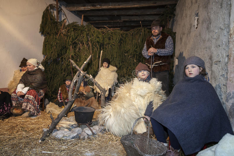 Livekrippe gespielt von den lokalen Einwohnern Wiederinkraftsetzung von Jesus-Leben mit altem Handwerk und Gewohnheiten von hinte stockfotografie