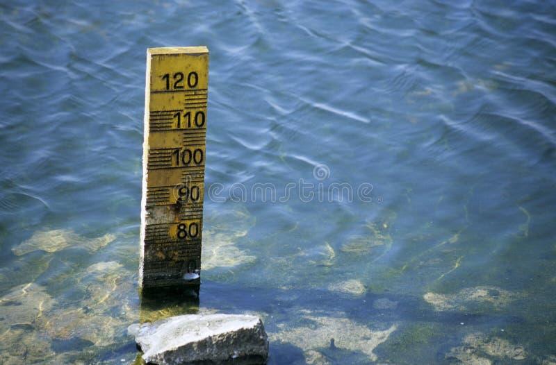 Livelli d'acqua di misurazione immagine stock