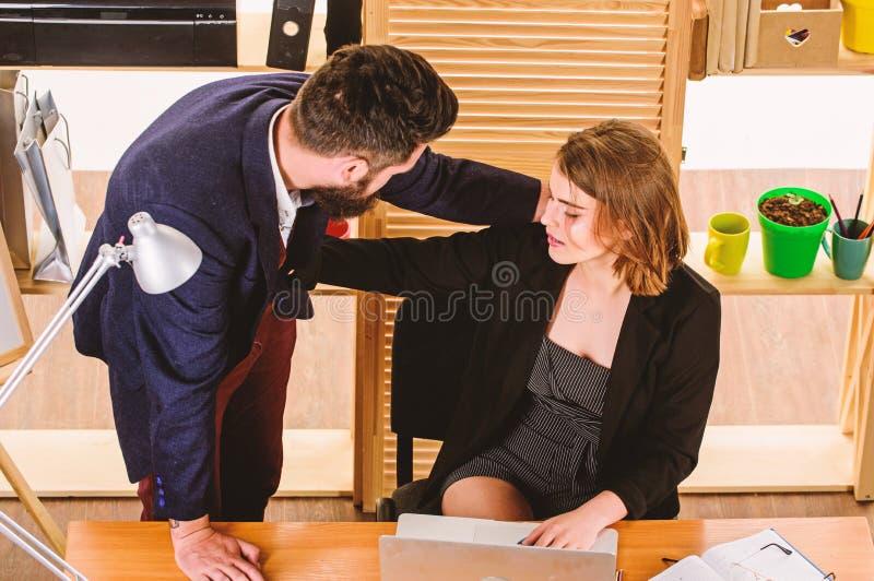 Livelli di sottostima di molestia sessuale Aggressione sessuale nel luogo di lavoro Segretario della donna soffre l'assalto e le  fotografia stock