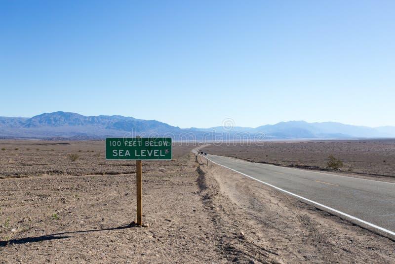 Livello del mare qui sotto Death Valley della strada 100m immagini stock libere da diritti