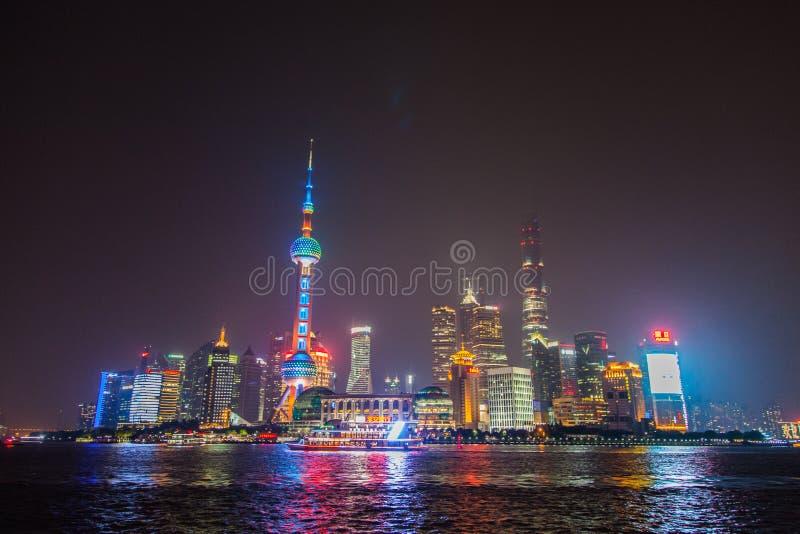 Livello del suolo sparato dell'orizzonte di Shanghai Pudong di notte Un otturatore lungo con le belle luci al neon della città Es immagine stock