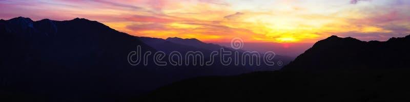 Livello di contrapposizione di tramonto nel panorama delle montagne fotografia stock libera da diritti