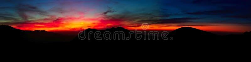 Livello di contrapposizione di tramonto nel panorama delle montagne fotografia stock