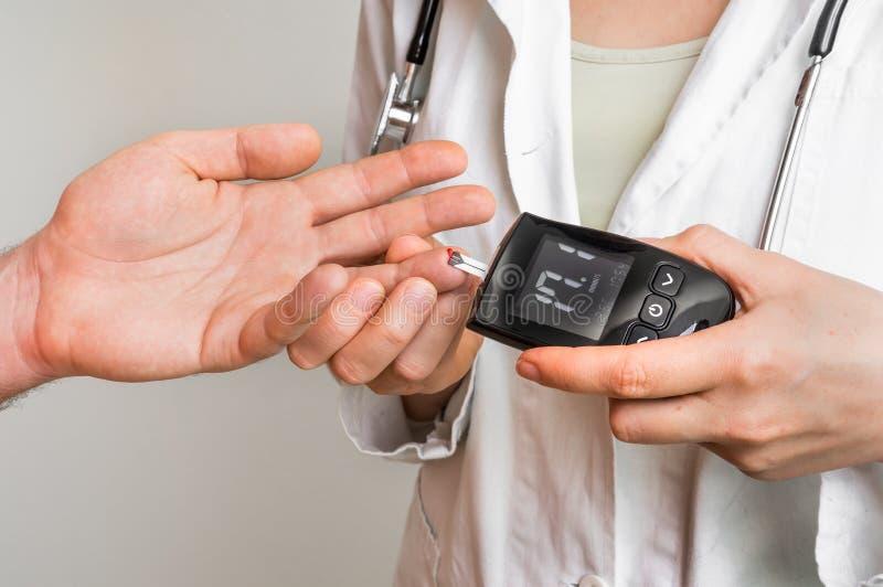 Livello di misurazione del glucosio con il metro del glucosio - concetto del diabete fotografie stock