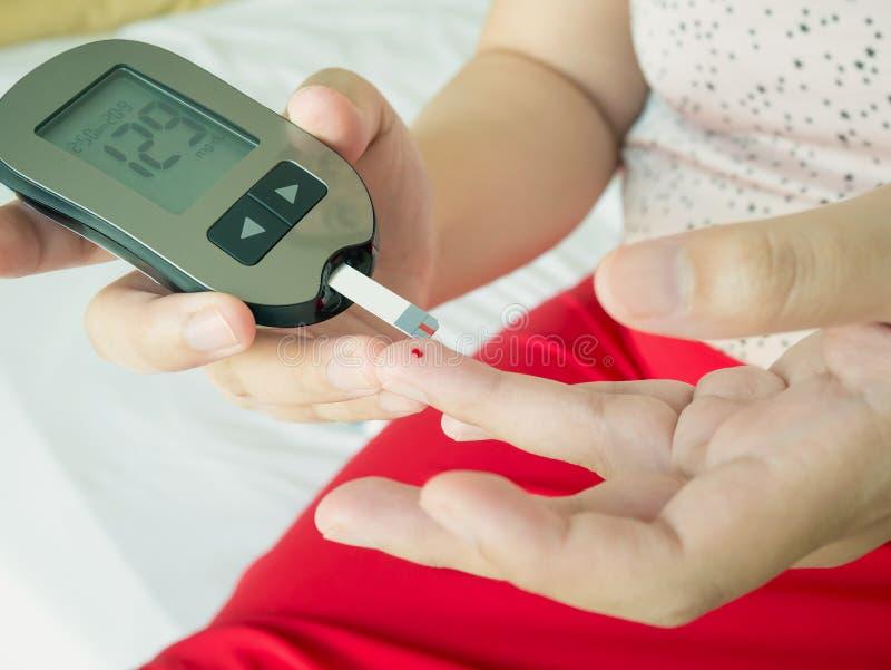 Livello di misurazione del glucosio con il metro digitale del glucosio immagine stock