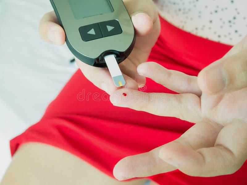 Livello di misurazione del glucosio con il metro digitale del glucosio fotografia stock libera da diritti