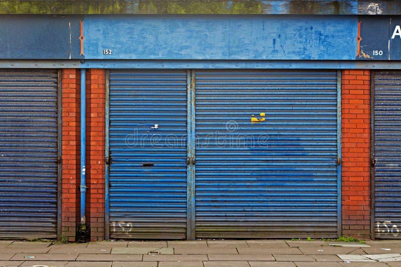 LIVERPOOL calle BRITÁNICA del 3 de abril de 2016 A de las tiendas del derrelicto que son vendidas por el consejo para £1 cada un fotos de archivo