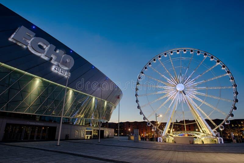 Liverpool Echo Arena und Riesenrad stockbilder