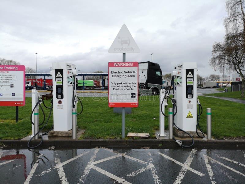 Liverpool England - APRIL 2: elektrisk uppladdningsstation för medel två på parkeringsområde i service av motorwayen på April 2,  royaltyfri bild
