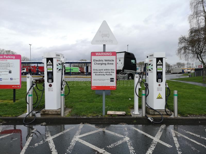 Liverpool, England - 2. APRIL: Ladestation von zwei Elektro-Mobil am Parkplatz im Einsatz der Autobahn am 2. April 2019 herein lizenzfreies stockbild