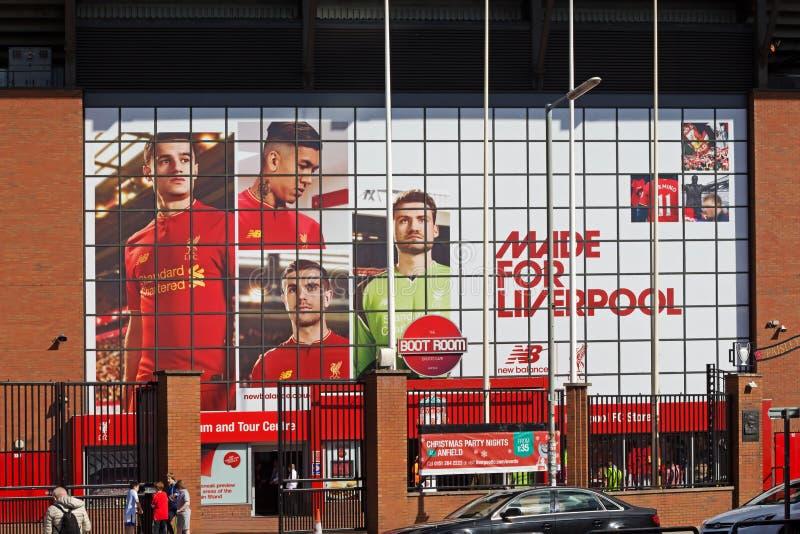 Liverpool fotbollklubbas nya jätte- väggmålning för 2016/17säsongen på det Kop slutet av stadion arkivfoto