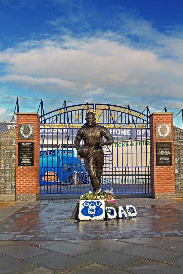 LIVERPOOL HET UK 8TH JANUARI 2016 Dixie Dean-standbeeld en Muur van Fam stock foto's