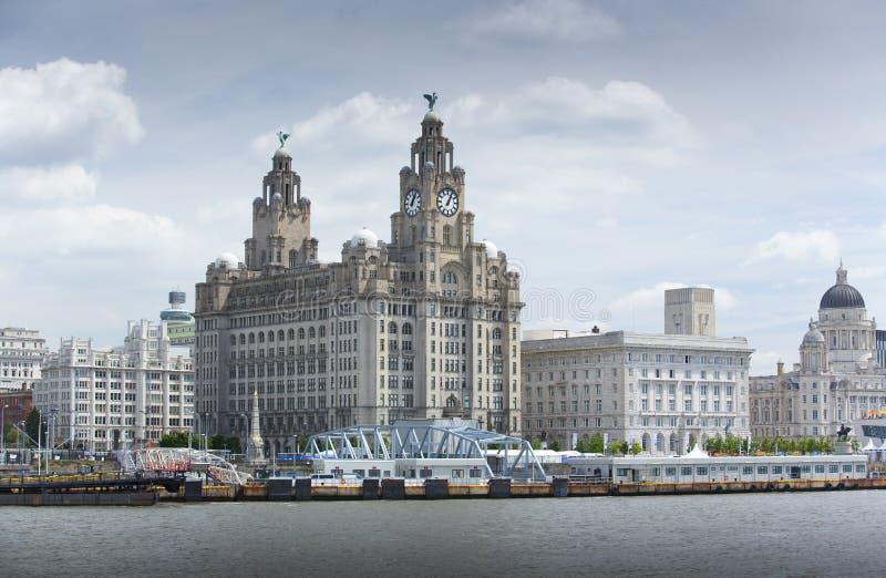 Liverpool, im Juni 2014, eine Szene über dem Fluss Mersey, das Pier Head, mit dem königlichen Leber-Gebäude, Cunard-Gebäude und H stockbilder