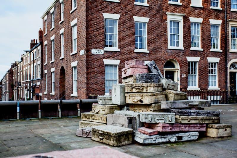 Liverpool, Inghilterra, 2015 01 25 - scultura della valigia della via di speranza fotografie stock