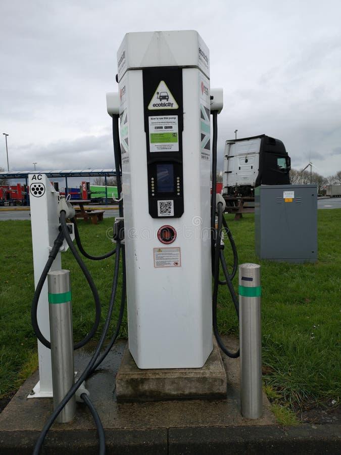 Liverpool, Inglaterra - 2 DE ABRIL: coche que carga en la estación de carga del vehículo eléctrico en servicio de gas el 2 de abr imagenes de archivo