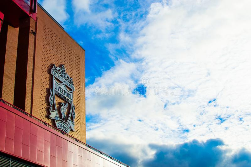 Liverpool, Inglaterra, Reino Unido; 15/10/2018: Insignia o emblema del Liverpool FC en la fachada del edificio del Estadio Anfiel foto de archivo