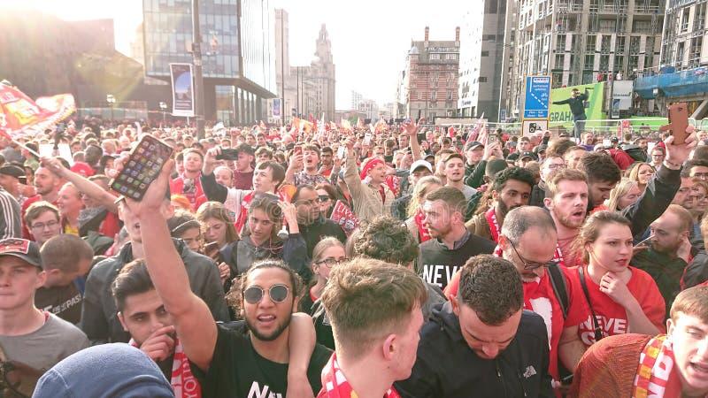 Liverpool 6 keer Europese kampioenenmenigten volgt de bus van de overwinningsparade stock foto's
